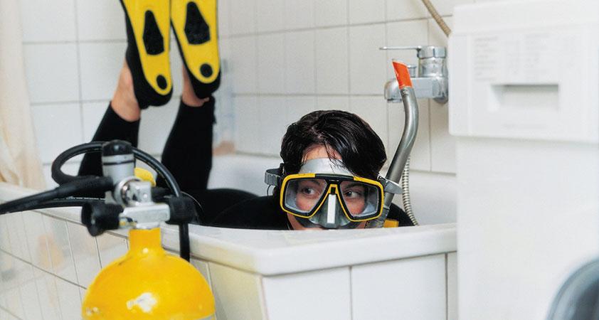 chica buceando en bañera en curso de buceo low cost